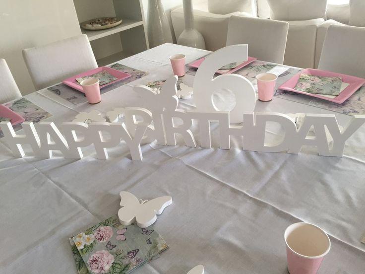 Un compleanno davvero speciale!! La scritta Happy Birthday con decori motivo farfalla per una tavola impeccabile!