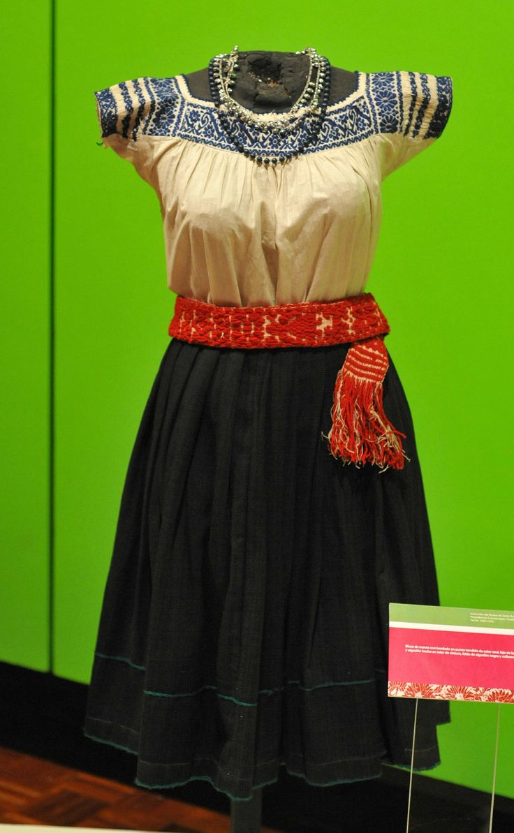 https://flic.kr/p/gqbfw6 | Nahua Cuautempan Mexico | This skirt, sash, and blouse are said to be from Cuautempan, a Nahua community in the north of Puebla, Mexico. Museo Regional de Puebla