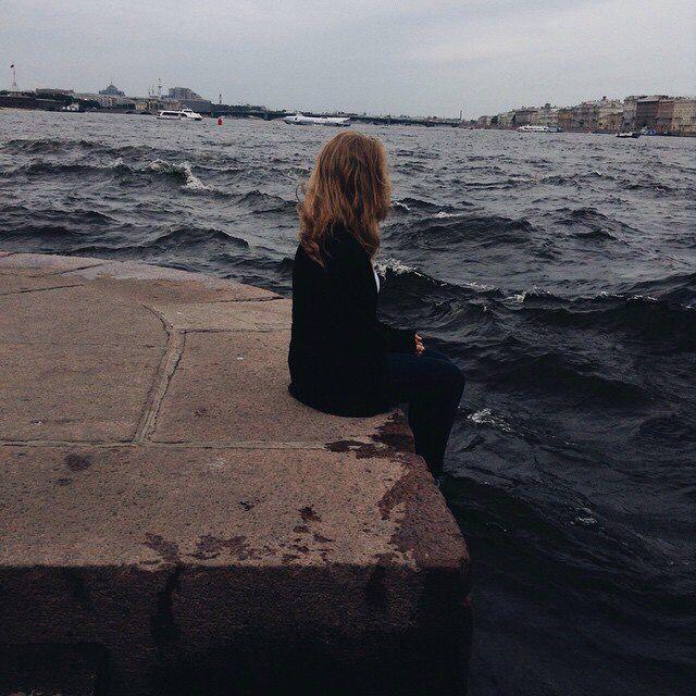 Иногда,бывает,что я чувствую себя самым одиноким человеком в этой вселенной.Я не знаю куда бежать,к кому прижаться и рассказать,что я чувствую сейчас! на данный момент!  У вас такое было?