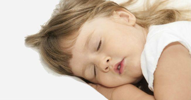 Uno de cada 10 niños en edad escolar camia dormido por lo menos una vez. El sonambulismo puede ser ocasionado, en muchos casos, por alguna interrupción de los patrones regulares del sueño o por algún estado febril.