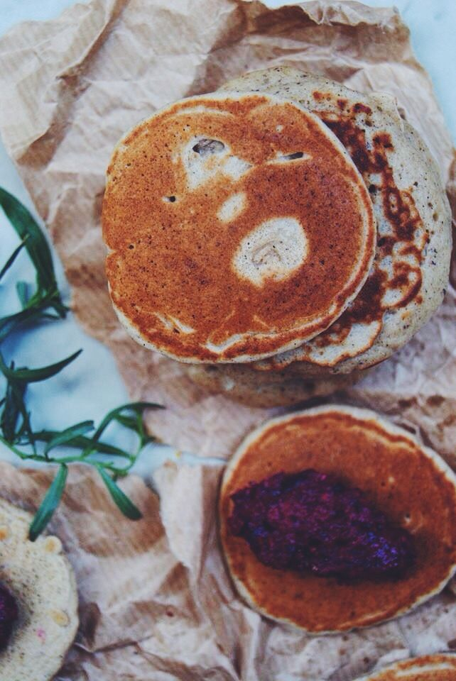 Pour commencer la semaine du bon pied, des blinis au sarrasin de©Marlette accompagné d'un pesto de betteraves, idéal pour l'apéro ! Bonne semaine à tous ! Ingrédients : 1 préparation ©Marlette blinis au sarrasin 1 betterave crue 70g de pignon de pin 1 gousse d'ail hâchée 60g de parmesan râpé 3 càs d'huile d'olive sel, poivre Préparer les blinis comme indiqué sur l'emballage. Préparer le pesto de betterave : Mixer tous les ingrédients à l'aide de votre blender jusqu'à l'obtention d'une…