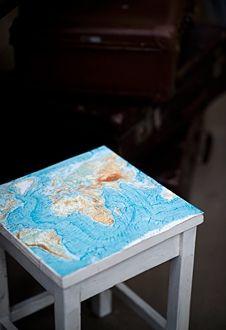 On top of the world | DIY Combineer ons witte krukje met een oude landkaart uit 'Onze aarde'. En voila: een kleurrijke variatie als prachtige bijschuiver bij je bureau. Voor een wat langere houdbaarheidsdatum plastificeer je de kaart voordat je 'm op de kruk plakt. Maar de matte uitstraling van het origineel blijft toch het mooist. En ach... deze oude atlas bevat toch heel wat mooie platen. www.designbygerjanne.nl