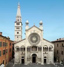 Il duomo di Modena, o cattedrale metropolitana di Santa Maria Assunta e San Geminiano, realizzato fra il 1099 e il 1319, è un perfetto esempio del romanico italiano. Fu edificato dall'architetto Lanfranco e presenta alcuni elementi tipici dell'architettura romanica: la facciata a salienti, il protiro imponente che sovrasta nel portale maggiore e gli archi murati.