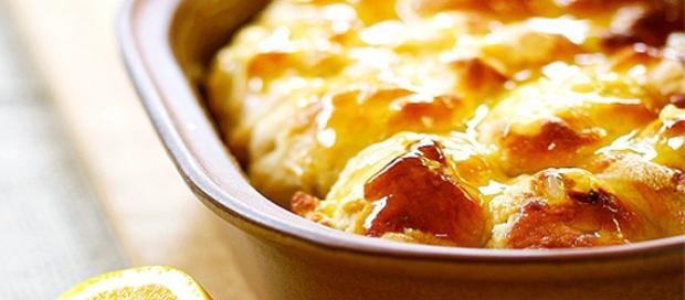 Rol gerysde brooddeeg in bolletjies en rol elk bolletjie in meel en pak in plat skottel. Verhit room tot louwarm en geur om te pas by die doel van die brood. Giet oor. Laat rys tot dubbel in volume en bak. Lekker opsies: *Feta en jonguie / knoffel  *Gerasperde kaas en paprika / chips  *Sardientjies of mossels met jonguie/knoffel  *Ontpitte olywe en feta en dun tamatieskyfies  *Heuning + lemoensap + suiker/bruinsuiker + kaneel  *Kaneel. Strooi bruinsuiker oor.