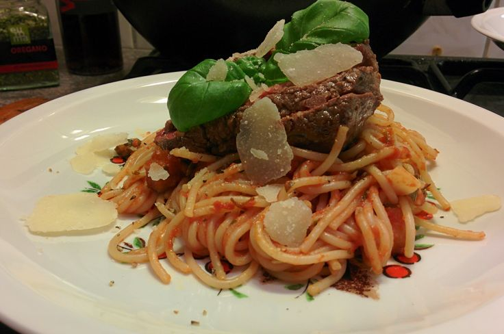 De combinatie van biefstuk en spaghetti is misschien niet zo veel voorkomend, maar wel heel lekker. In dit gerecht hoef je alleen de spaghetti aan te maken met passata (saus van gepureerde tomaten, de Italianen zweren erbij) en voldoende kruiden toe…