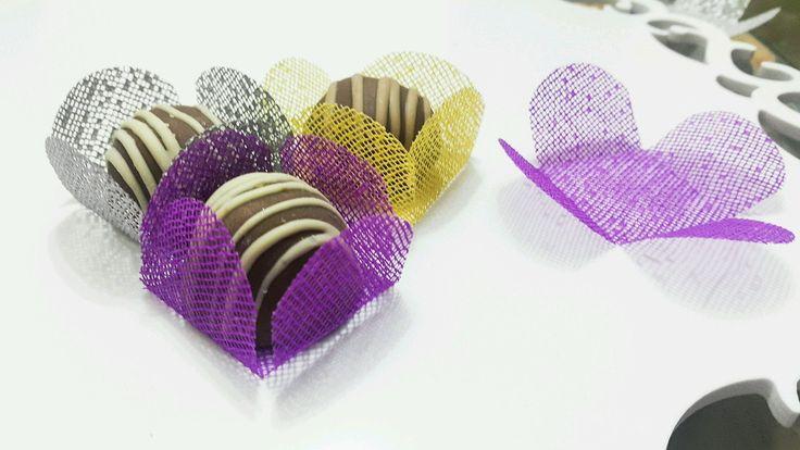 Forminha em tecido para doces finos.  4 pétalas.    Dimensão do produto:  Fundo 3,5 cm x 3,5 cm    Uma camada.    Pacote mínimo com 50 unidades por cor    COR : Roxo