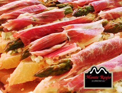 Montadito de espárragos trigueros, queso, jamón ibérico #MonteRegio, albahaca, perejil y tomillo ¡Nos encanta!