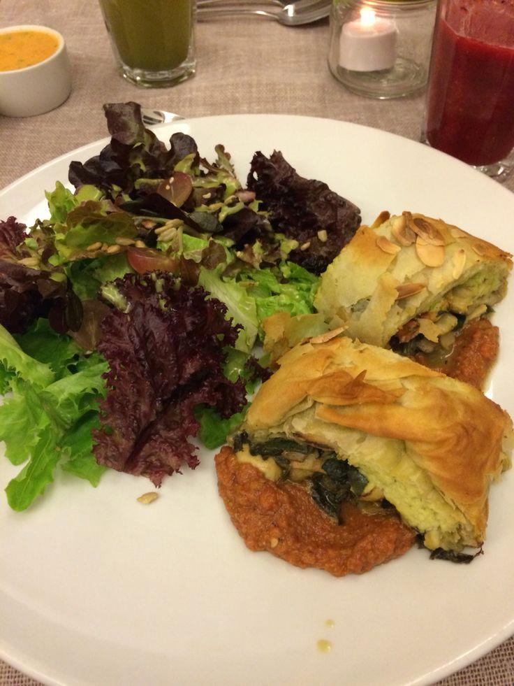 Masa philo relleno de espinaca con ricota de nueces y champiñoes + ensalada verde💚 Restaurant Quinoa, Vitacura