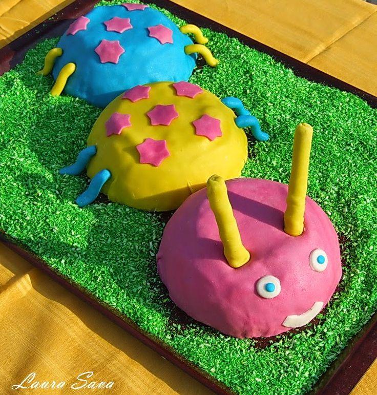 Acest tort omiduta este ideal pentru petrecerile copiilor!!! Atat fetitele cat si baieteii vor fi incantati peste masura :P.O omiduta mai draguta, si delicioasa, nu cred ca au intalnit!!!!! :)) Avem nevoie de: – 2 blaturi de pandispan (coapte in tava dreptunghiulara) – 1 rulada simpla cu gem sau 2 rulade mici cu …
