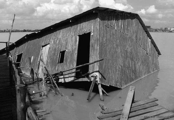 Jára Cimrman - Mistrovo potápějící se obydlí v Phnom Penh - Kambodža