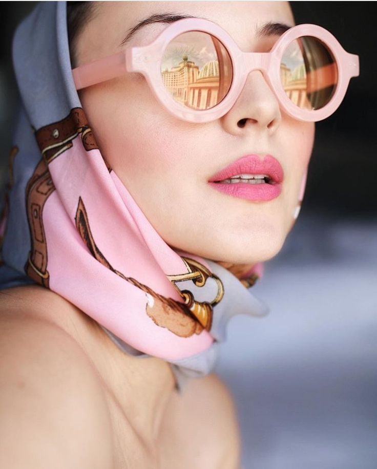 Pink round vintage-style sunglasses.
