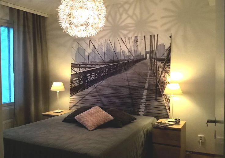 Valaistus tekee tästä makuuhuoneesta ihanan lämpöisen ja kutsuvan.