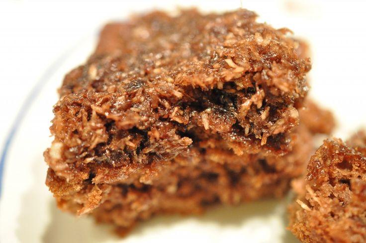 """Skal du bage kage til skolen/børnehaven/ kollegerne? Så er der her et godt bud. En kæmpe bradepandekage der altid er et hit. Chokoladekage med kaffe/kokos/kakao-glasur. """"Den du ved nok"""""""