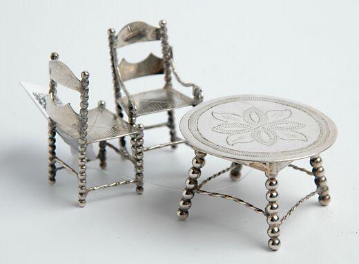 Miniatuur zilveren tafel en 2 miniatuur zilveren armstoelen - gehalte 0.835 - 30 gram
