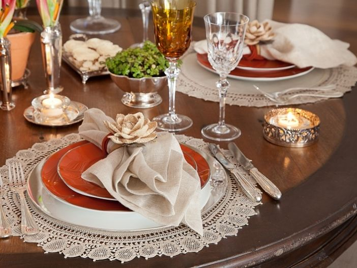 mesa posta a luz de velas para jantar chique e romântico.