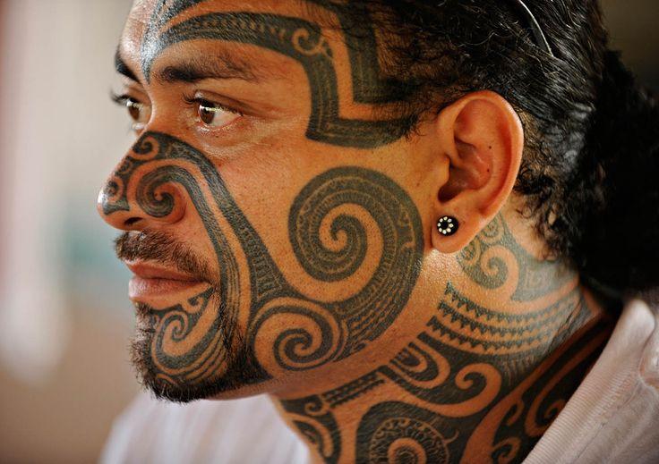 Un homme au visage tatoué sur l'île de Nuku Hiva dans les Marquises.