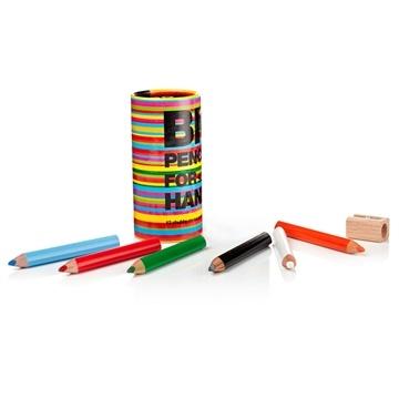 Küçük Eller Boya Kalemi Seti. 12 adet boya kalemi ve ahşap kalemtraş renkli kutunun içerisinde yer alıyor. Üçgen kesitli boya kalemleri küçük ellerin kavraması için ideal. #continuum #boyakalemi