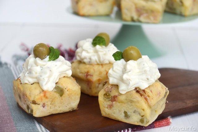 I cupcake salati sono una ricetta finger food ideale da servire per una festa a buffet o un aperitivo. Si tratta di piccoli rustici decorati con un