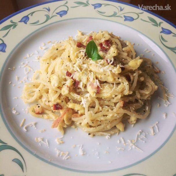 Známy a chutný recept v podobe jedla Spaghetti (špagety) Carbonara so všetkými  ingredienciami teda s cesnakom, vajíčkami a slaninkou.