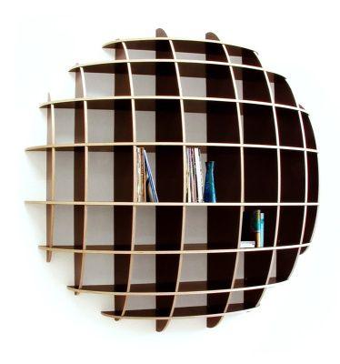 """Les bibliothèques sont presque toujours rectiligne avec des volumes très carré! Voici une bibliothèque qui sort du commun puisque la """"Big Jim large"""" apporte un volume très original sur votre mur. En vente 1495 € chez möbel."""