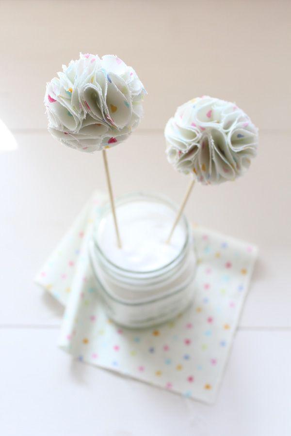 DIY: Fabric Poms – Pom Poms aus Stoff / Cake Topper