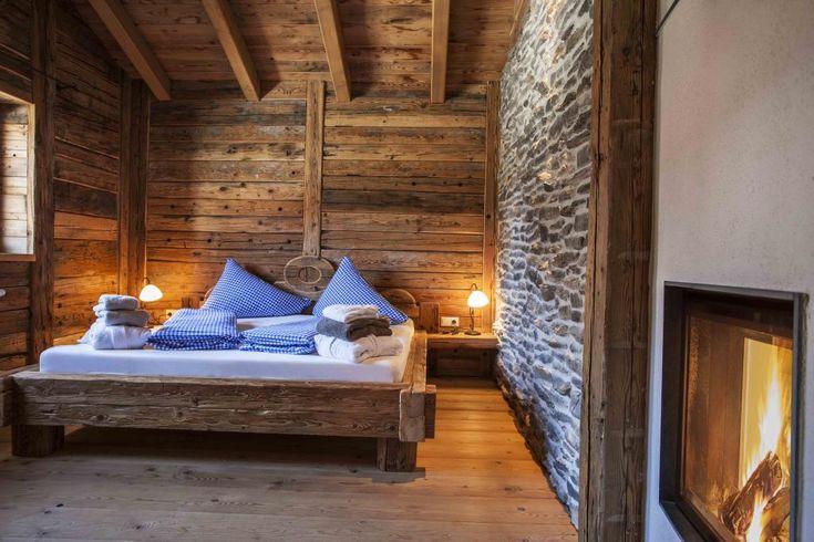 Romantische Chalets in den Bergen sind genau das Richtige für einen gemütlichen Urlaub in der Winterzeit. MERIAN zeigt Ihnen die schönsten Luxus-Bergdörfer in Deutschland und Österreich für erstklassige Erholung zu zweit. Klicken Sie sich durch!