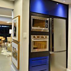 Cozinha arrojada e moderna em Salvador: Cozinhas modernas por Evviva Bertolini