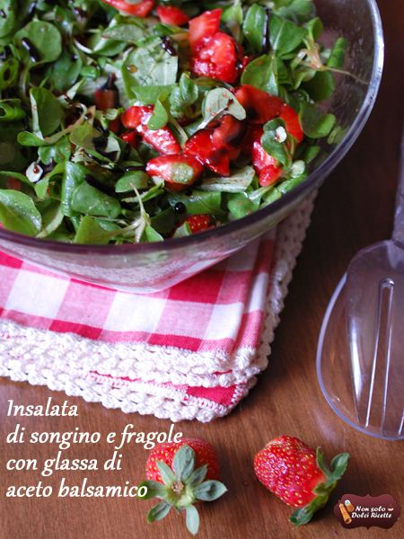 Insalata di songino e fragole con glassa di aceto balsamico