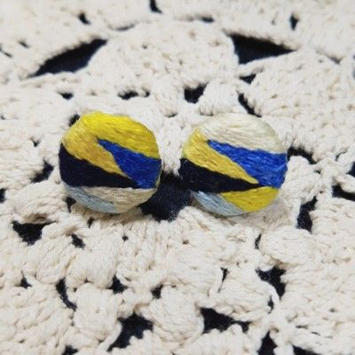 Handmade embroidery earring 요즘 바빠짐에 익숙해지느라 몸이 여기저기 왁자지껄하다. 펑펑 놀기를 몇년했더니 게을러질대로 게을러져...