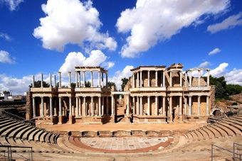 El Teatro Romano de Mérida está considerado uno de los 12 Tesoros de España. El teatro fue inaugurado en el año 15 a.C. y, actualmente, todavía alberga algunos espectáculos como el Festival Internacional de Teatro Clásico de Mérida.