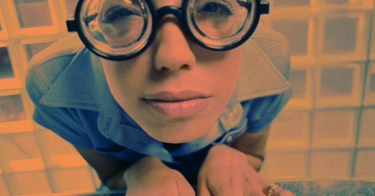 """Ideas para disfrazarse como una chica """"nerd"""" . En algún momento, """"nerd"""" era un término que servía solamente para usos peyorativos, pero programas de televisión como """"Ugly Betty"""" (Betty la fea) y las bandas de rock como """"Weezer"""" han creado lo que podría denominarse """"nerd-chic"""". Así, en muchos círculos está muy de moda parecer un nerd. Teniendo en cuenta que las conductas estereotipadas del nerd ..."""
