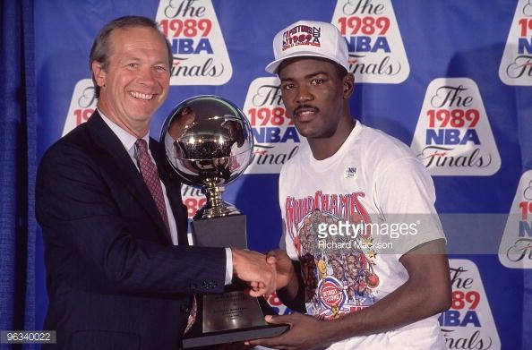 Fotografia de notícias : Detroit Pistons Joe Dumars victorious, accepting...