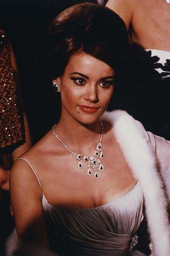 Claudine Auger interprète Dominique Derval dans Opération Tonnerre en 1965. Notez que c'est la première James Bond Girl française.    Son James Bond ? Sean Connery.