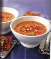 Recette Gaspacho Espagnol, Peler les tomates, les poivrons, le concombre. Les couper en deux.Enlever les graines et les pépins. Faire de même.Enlever la croûte du pain et hacher finement la mie.Eplucher l'ail et l'oi