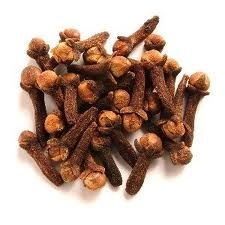 Para atenuar o mau cheiro causado pelo bolor  espalhe cravos-da-índia dentro do armário.