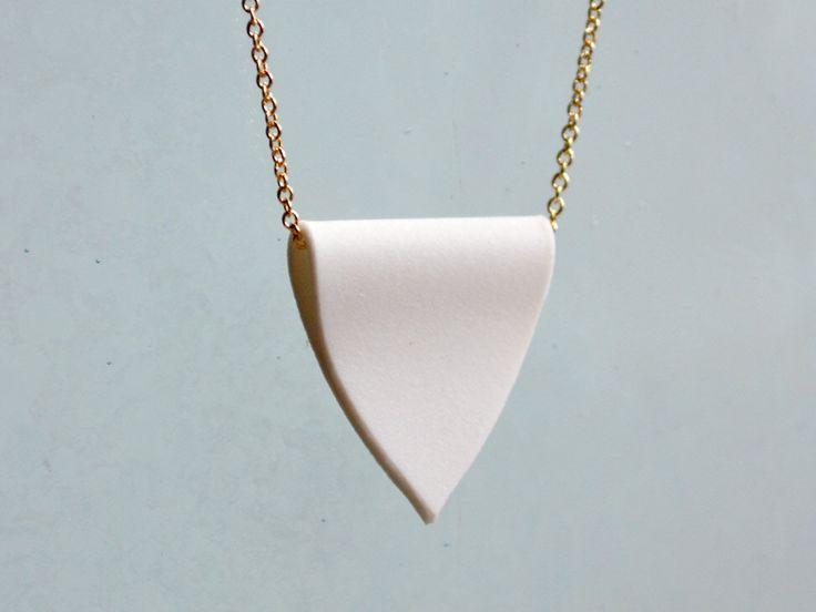 Porselein hanger ketting - witte kuif en gouden ketting ketting - eenvoudige ongeglazuurde keramische charme door HookAndMatter op Etsy https://www.etsy.com/nl/listing/103760470/porselein-hanger-ketting-witte-kuif-en