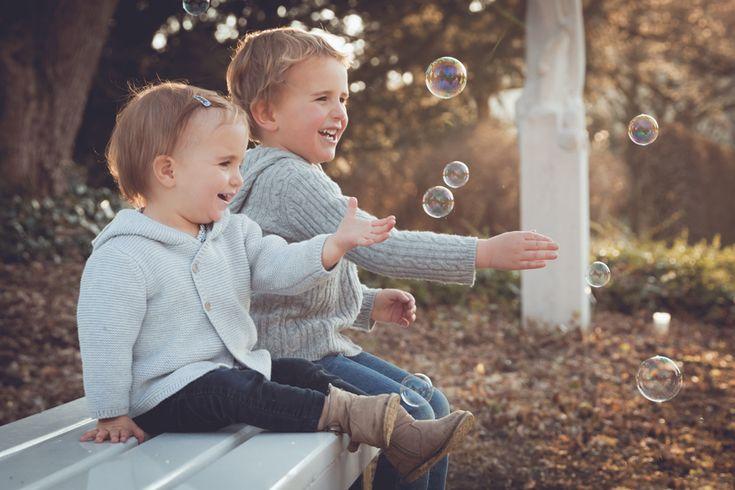 #Kinder #Geschwister #Seifenblasen #Frühling  www.lichtverliebt.de