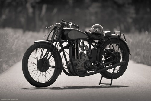 "The golden era of Belgian motorcycles : Gillet Herstal 550 ""Compé-Client"" (1929)- I want an antique motorcycle SO bad."