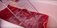 Coloca la rejilla de horno sobre una toalla y mezcla polvos de lavadora, el…