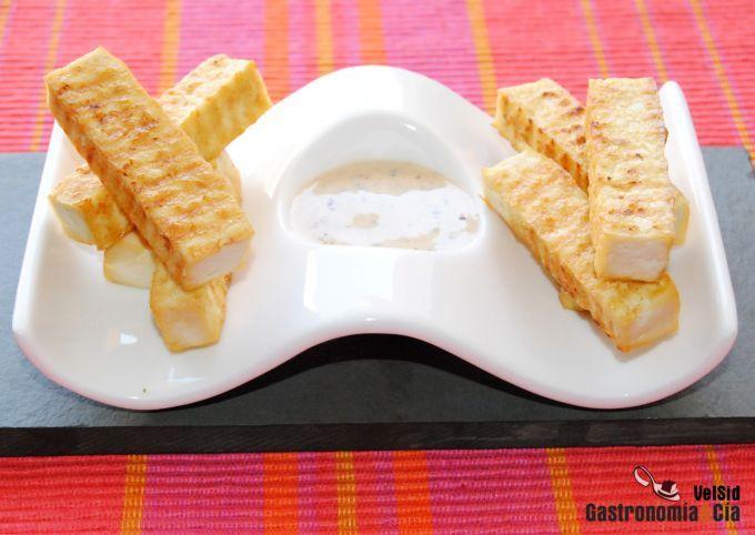 Tofu ahumado crujiente con salsa cremosa de soja y sésa