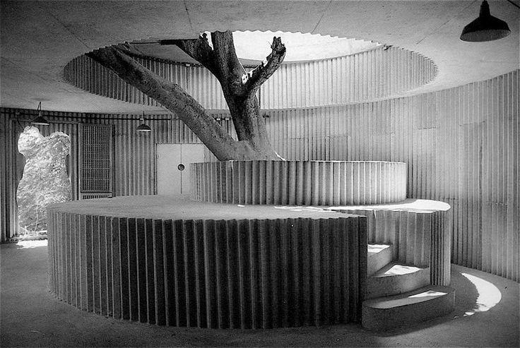 Construido por Lina Bo Bardi en Salvador, Brazil con fecha 1987. Imagenes por Nelson Kon. PorCamila Dias  El edificio consta de un conjunto de cilindros de mortero armado que albergan un restaurante. El ter...
