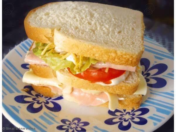 1 lata de atum em óleo  - 3 colheres cheias (sopa) de maionese  - folhas de alface  - 300g de presunto fatiado  - 2 tomates cortados em rodelas  - 1 pacote pequeno de batata palha  - 1 pacote de pão de forma
