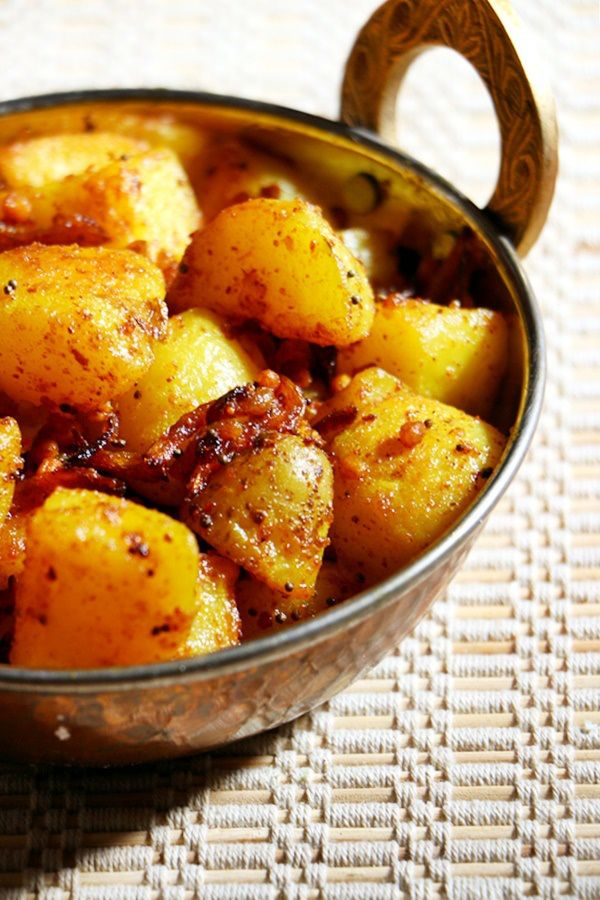 Spicy potato curry, crispy and flavorful!  Recipe @ http://cookclickndevour.com/potato-curry-recipe