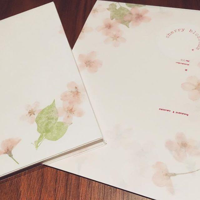 【chiiiii_26.mar.wd】さんのInstagramをピンしています。 《そして、桜繋がりで手紙書く便箋も桜にした😊押し花みたいな良い風合いのがあったので、これで#両親への手紙 書こうと思う📝 #桜 #cherryblossom #プレ花嫁 #2017春婚 #ちーむ0326 #日本中のプレ花嫁さんと繋がりたい》
