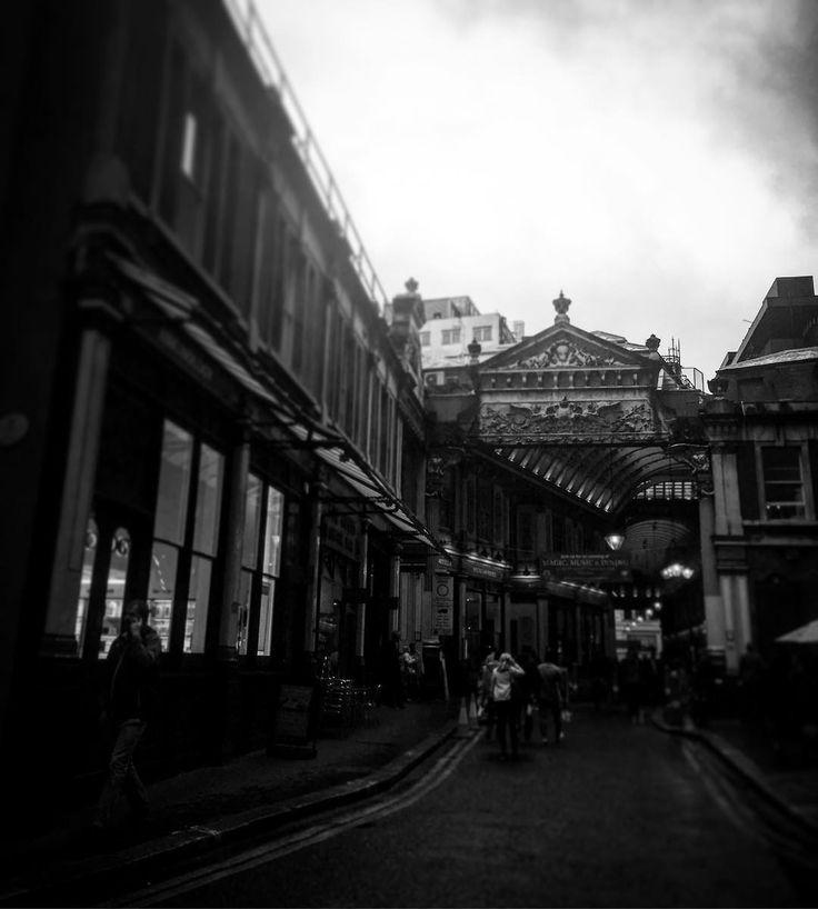 Leadenhall Market - wie ein Tor in eine andere Welt ... Wie mein Buch BLUTFÖHRE - schau rein!  Like a Door to enter a different world ... Like my writing   #travelphotography #igdaily #bw #bnw_captures #bnwmoments #bnw_life #bnw #city #outofthephone #discovermore #instagood @instagram #igers #instatravel #shotoftheday  #crazylife #bwlovers #follow #travelstoke #travelgram #betweentheworlds #inbetween #travel #blogger #intransit #londonlove #photooftheday #photogrid #vsco #mpfund…