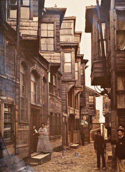 Streetscene, Stéphane Passet, September 1912, Quartier Pera (today Beyoğlu), Istanbul ©Musée Albert-Kahn, Département des Hauts-de-Seine