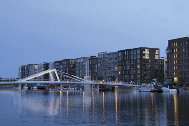 Med kontor i Københavns Sydhavn på teglholms alle nyder vi udsigten over vandet og broen mellem Sluseholmen and Teglholmen