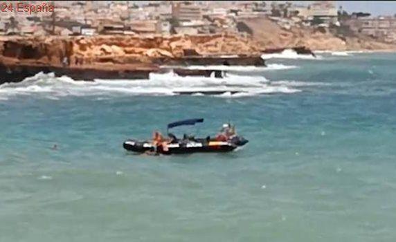 Vídeo: un guardia civil salva a dos niños que se bañaban en un playa con bandera roja