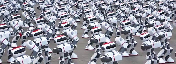 """Chiński robot Dobi i jego 1068 """"braci"""" oficjalnie pobiliRekord Guinnessa, tworząc największy robotyczny flash mob w historii. http://exumag.com/?p=11878"""