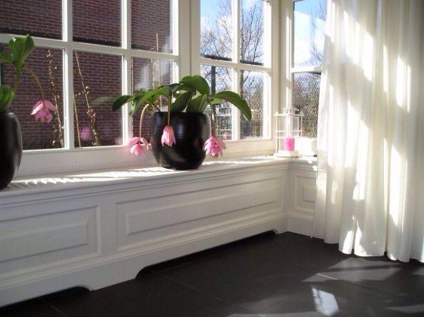 vensterbank inspiratie met witte houten shutters woonkamer